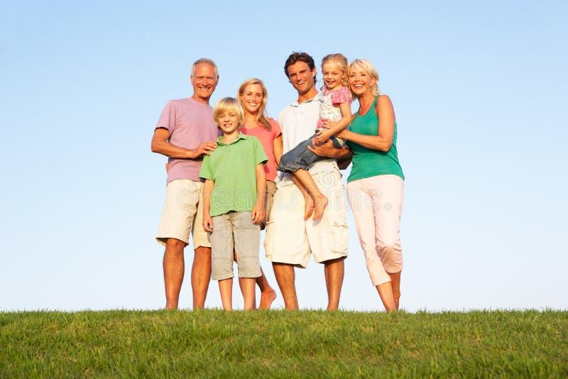 Una famiglia, con i genitori, i bambini ed i nonni fotografie stock libere da diritti