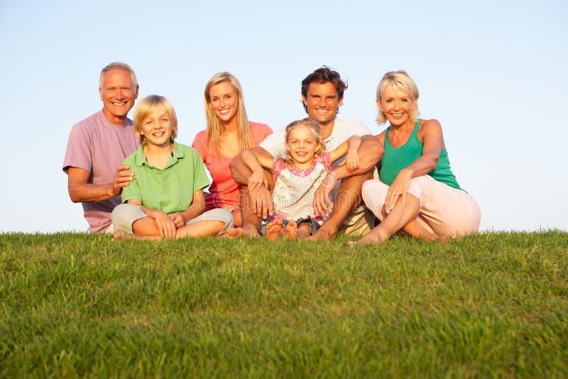 Una famiglia, con i genitori, i bambini ed i nonni fotografie stock