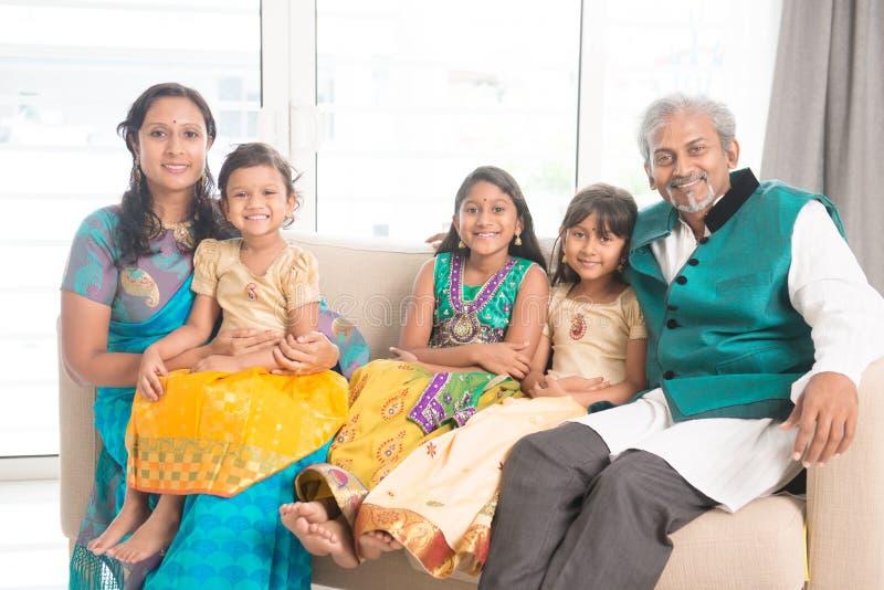 Una famiglia del ritratto del sorriso cinque alla macchina fotografica fotografie stock libere da diritti