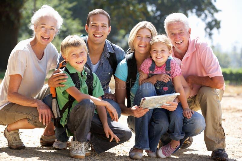 Una famiglia delle tre generazioni che cammina nel paese fotografia stock