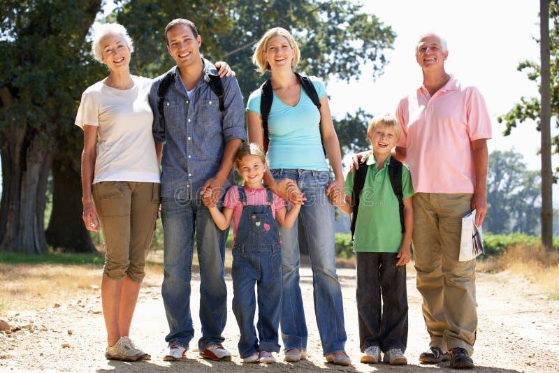 Una famiglia delle tre generazioni che cammina nel paese immagine stock