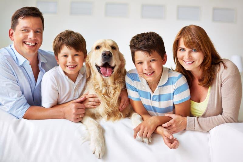 Una famiglia di cinque immagini stock libere da diritti