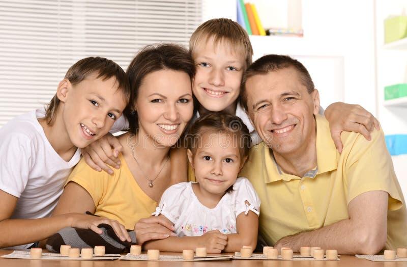 Una famiglia di cinque che giocano fotografie stock libere da diritti