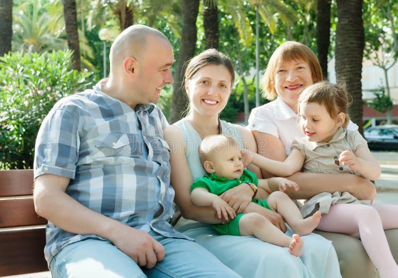 Una famiglia di cinque di diverse generazioni del giorno soleggiato immagini stock