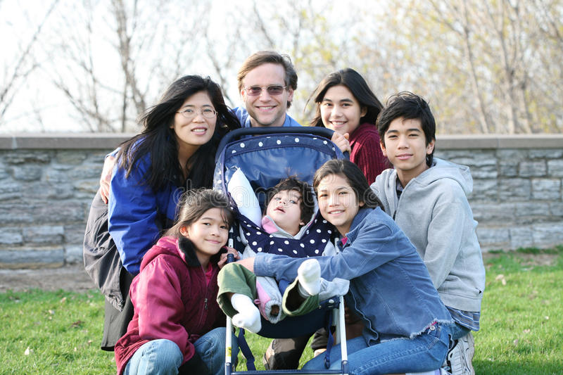 Una famiglia di sette interrazziale fotografie stock