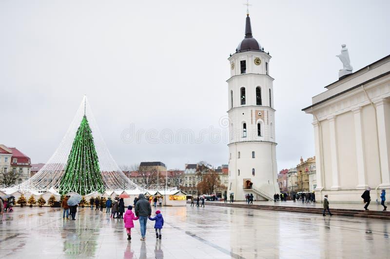 Una famiglia di tre che gode del loro tempo dall'albero di Natale a Vilnius, Lituania fotografie stock libere da diritti