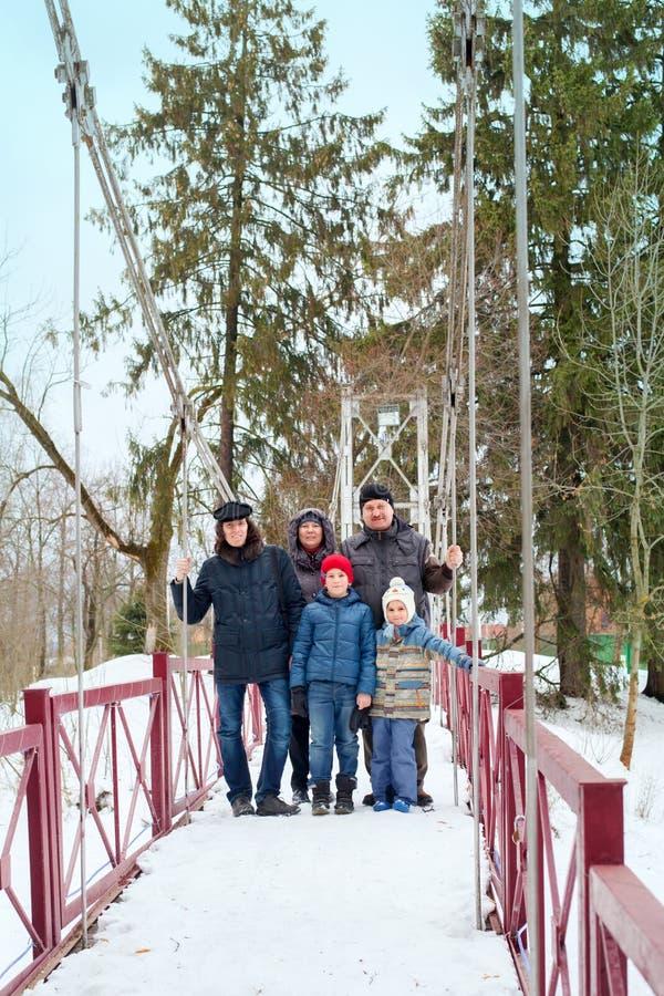 Una famiglia di tre generazioni per una passeggiata fotografia stock libera da diritti