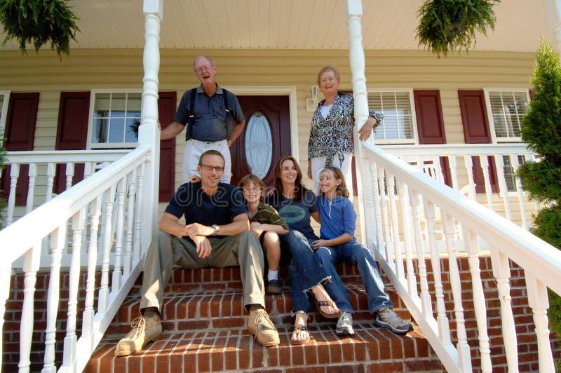 Una famiglia di tre generazioni sul portico fotografia stock libera da diritti