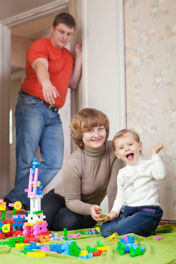 Una famiglia di tre nella casa fotografie stock libere da diritti