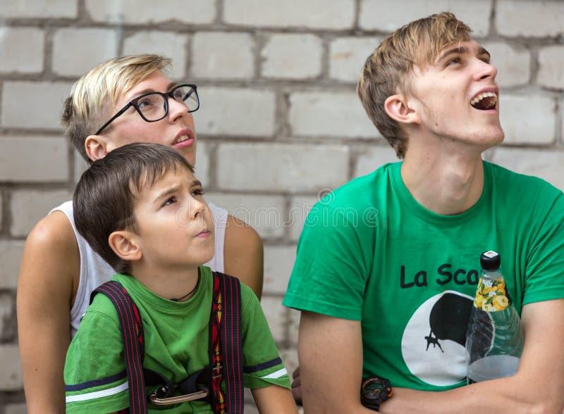 Una famiglia di una prestazione di sorveglianza di tre genti degli scalatori fotografia stock
