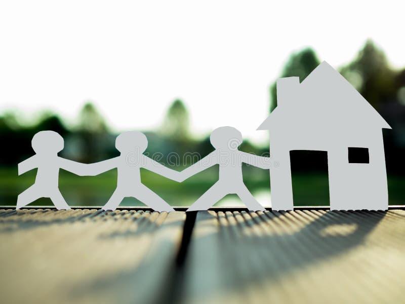 Una famiglia e una casa nel parco, risparmiano i soldi per il concetto futuro del bene immobile fotografia stock