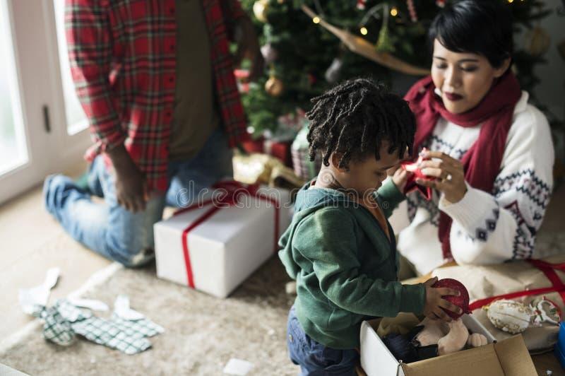 Una famiglia nera che gode della festa di Natale immagini stock libere da diritti