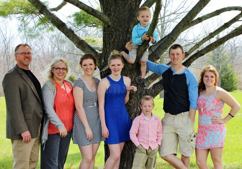 Una famiglia numerosa di otto su pasqua domenica fotografia stock