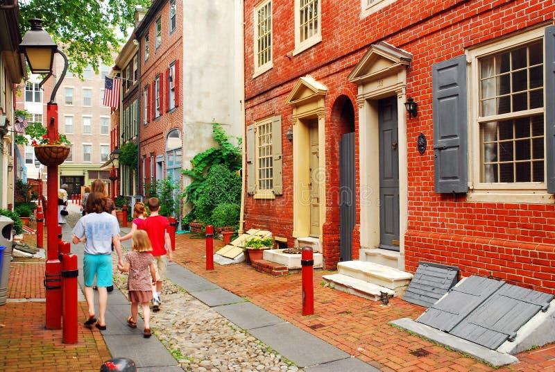 Una famiglia passeggia giù il vicolo di Elfreth, Filadelfia immagini stock