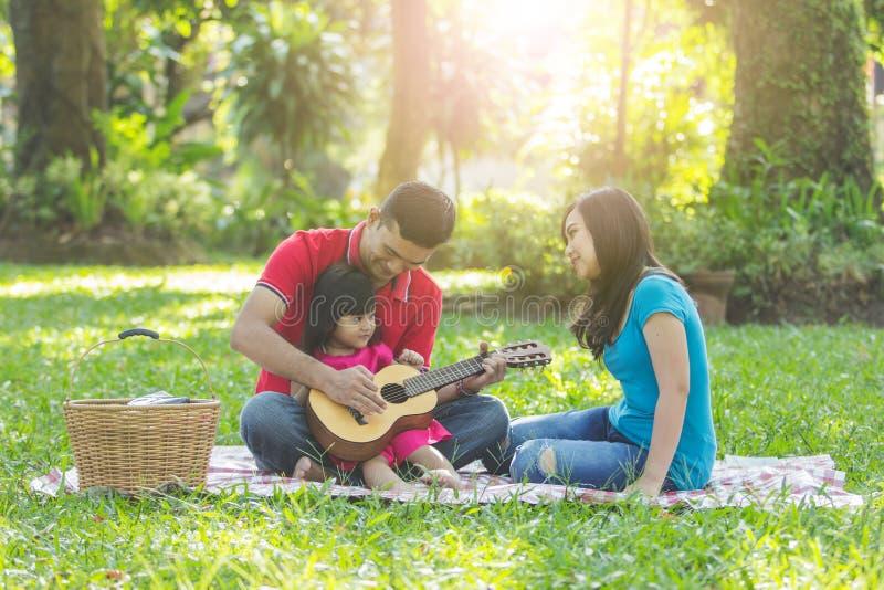 Una famiglia sul picnic fotografie stock