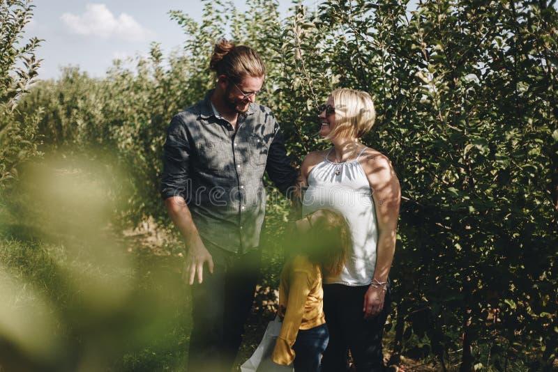 Una familia caucásica está pasando el tiempo en la granja junto fotos de archivo libres de regalías