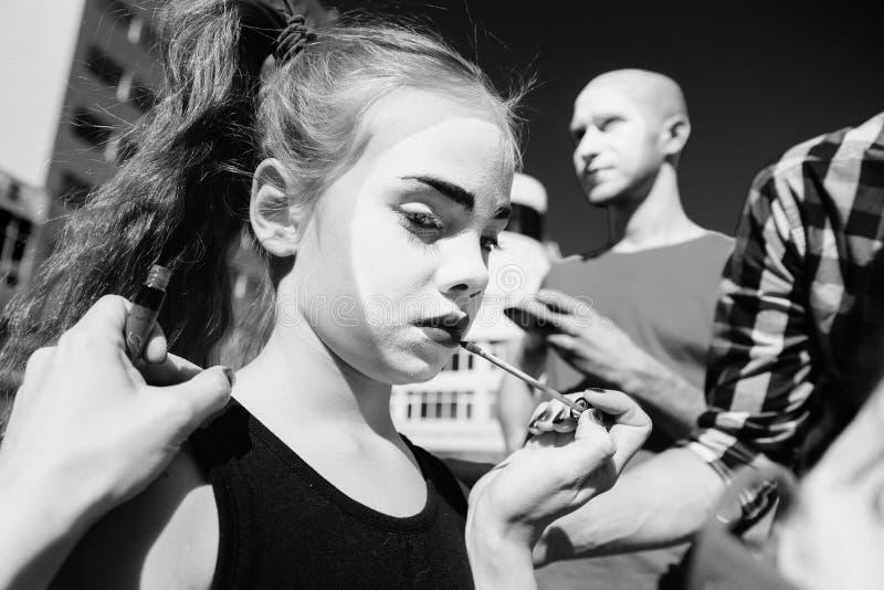 Una familia de imita la preparación para una demostración en la ciudad fotografía de archivo