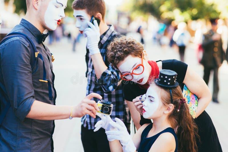 Una familia de imita la preparación para una demostración en la ciudad imagen de archivo