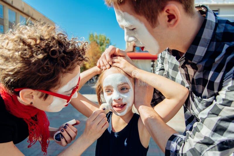 Una familia de imita se está preparando para una demostración en la calle foto de archivo