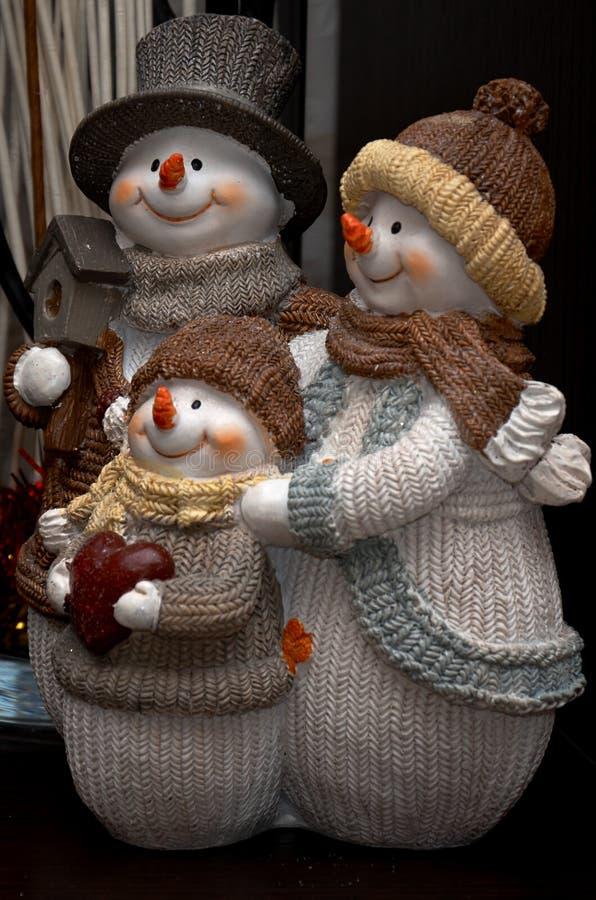 Una familia de muñecos de nieve con un pequeño niño Estatuilla de la Navidad fotografía de archivo libre de regalías