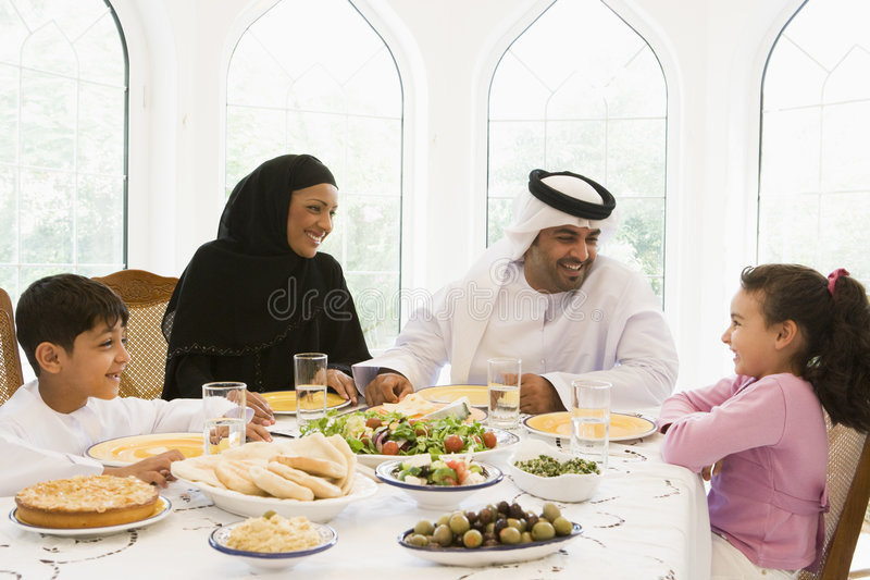 Una familia de Oriente Medio que disfruta de una comida imagen de archivo libre de regalías