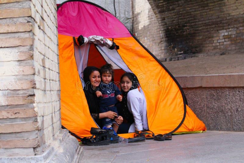 Una familia en una tienda, Irán imágenes de archivo libres de regalías