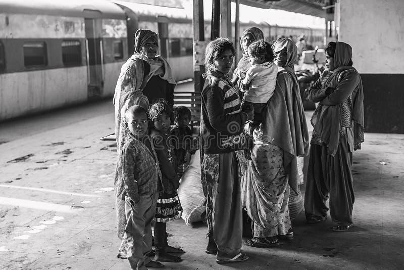 Una familia entera que espera el tren fotos de archivo