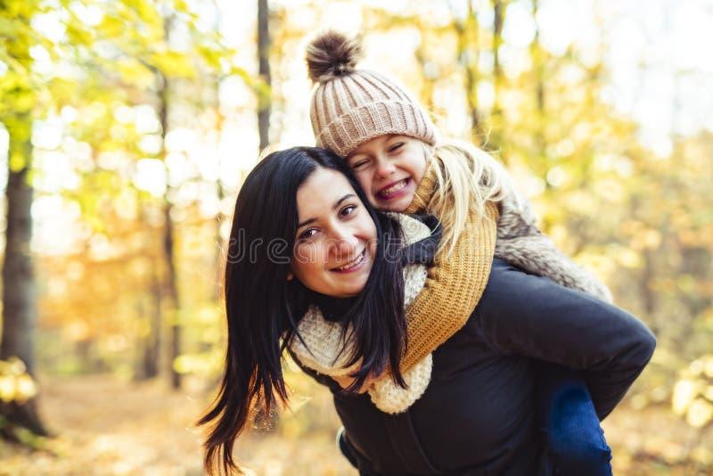 Una familia feliz el otoño, madre e hija en el parque imágenes de archivo libres de regalías
