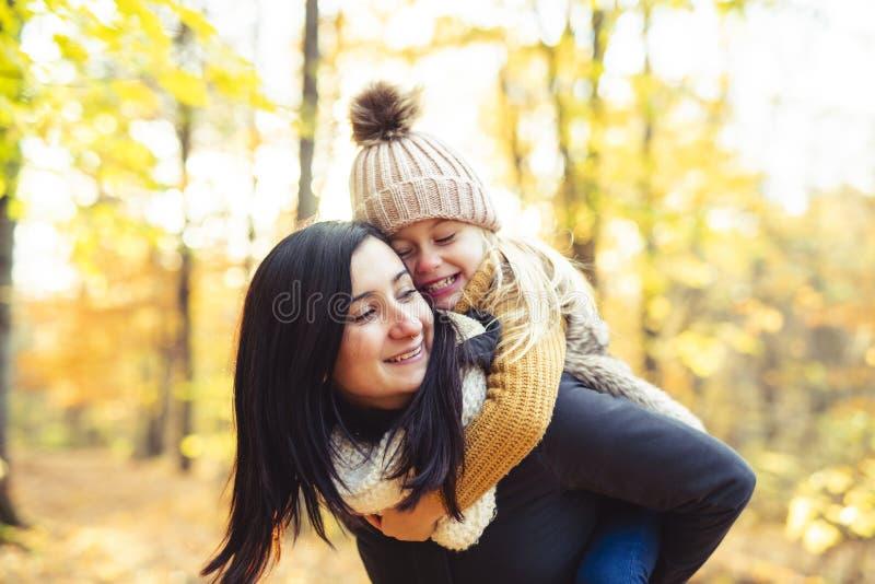 Una familia feliz el otoño, madre e hija en el parque fotos de archivo libres de regalías
