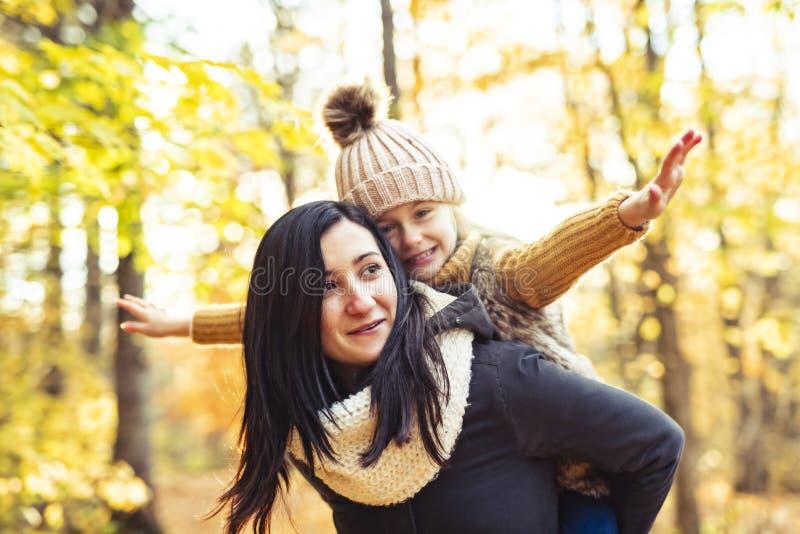 Una familia feliz el otoño, madre e hija en el parque foto de archivo libre de regalías