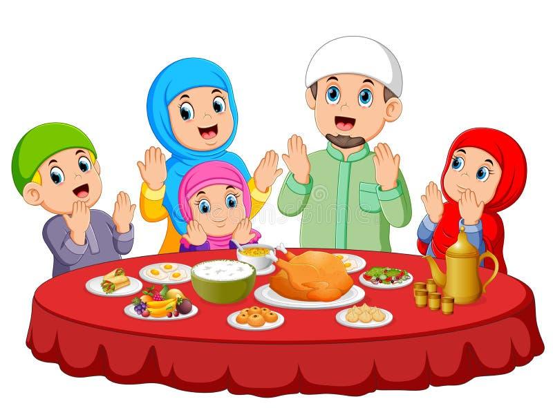 Una familia feliz está rogando para come la comida en el Mubarak ied stock de ilustración