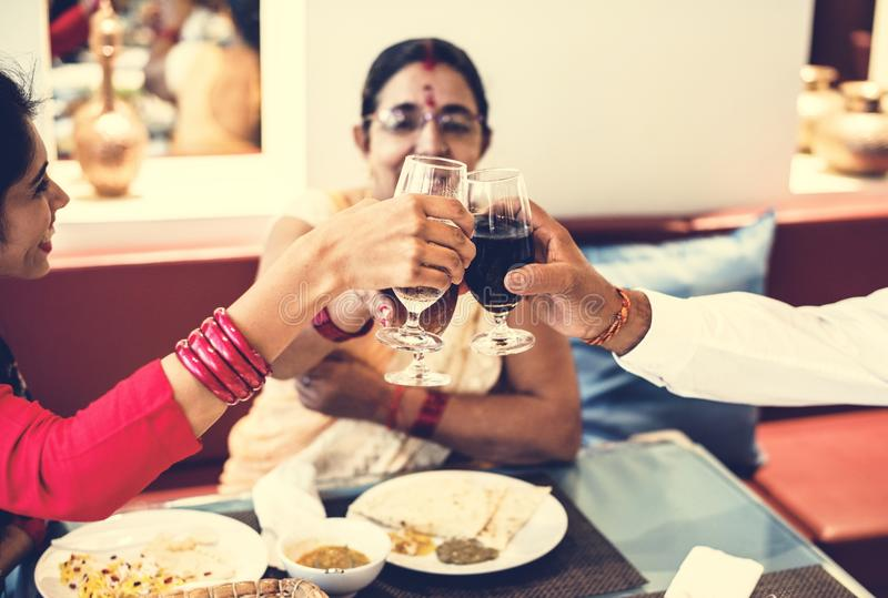 Una familia india feliz que pasa el tiempo junto foto de archivo
