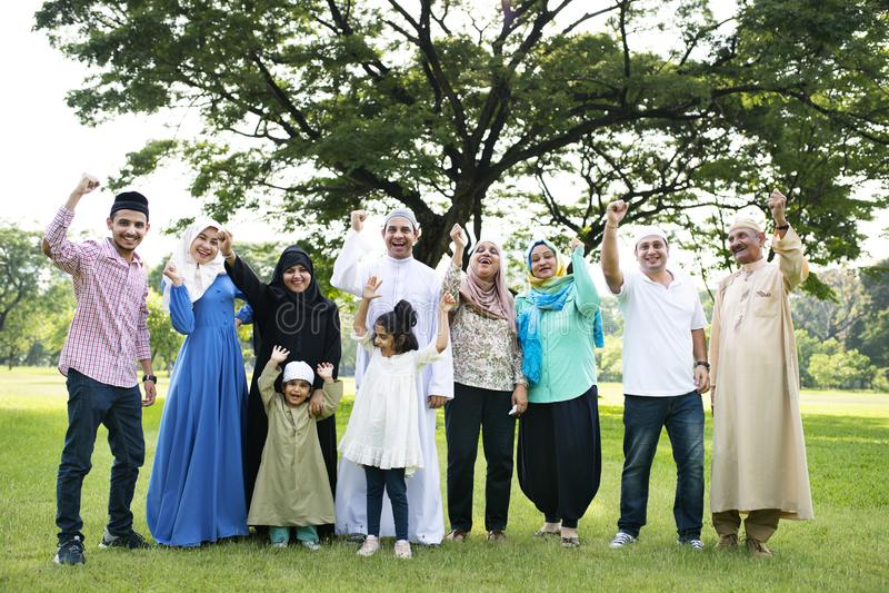 Una familia musulmán grande feliz foto de archivo libre de regalías