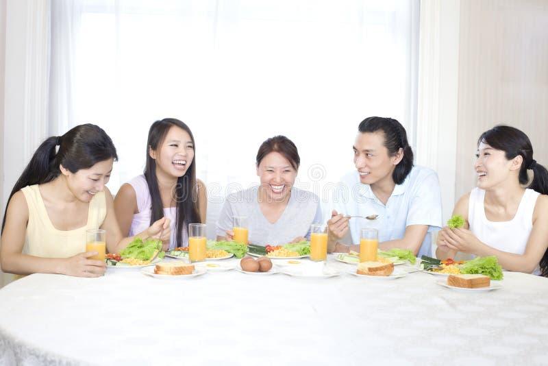 Una familia y un breakfirst felices imagen de archivo