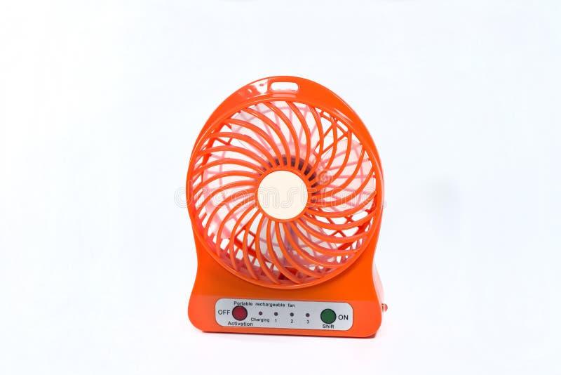Una fan portátil anaranjada aislada en el fondo blanco imagen de archivo libre de regalías