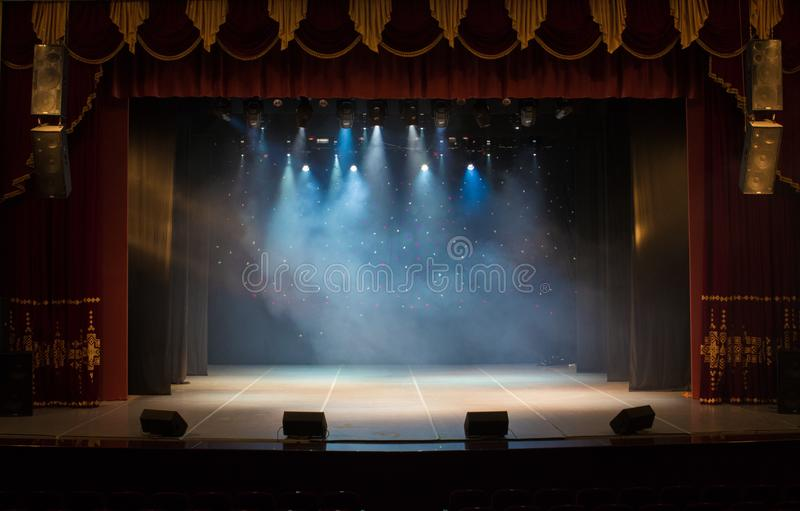 Una fase vuota del teatro, accesa dai riflettori e dal fumo fotografie stock