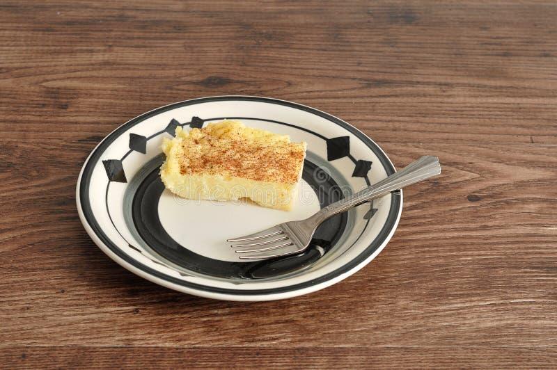 Una fetta di crostata del latte con una forcella del dolce immagini stock libere da diritti
