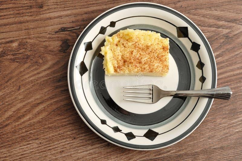Una fetta di crostata del latte con una forcella del dolce fotografie stock