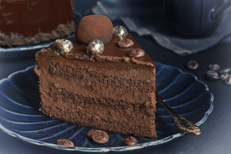 Una fetta di dolce del brownie del cioccolato, dessert con i dadi immagini stock libere da diritti