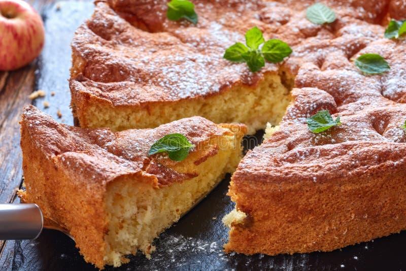 Una fetta di pan di Spagna casalingo immagini stock