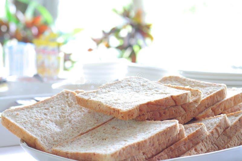 Una fetta di pane sulla tavola immagini stock libere da diritti