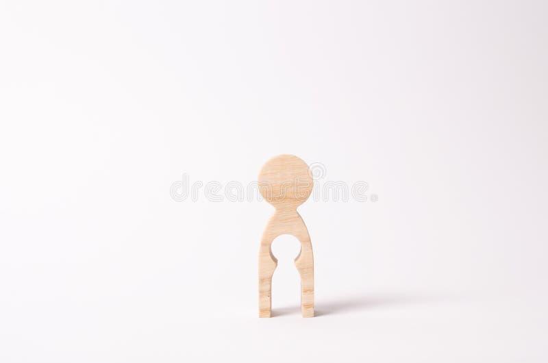 Una figura de madera de una mujer con un vacío dentro en la forma de un niño El concepto de la pérdida de niño, aborto del embara imagenes de archivo