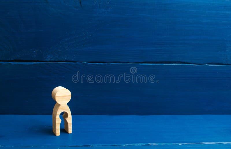 Una figura de madera de una mujer con un vacío dentro en la forma de un niño El concepto de la pérdida de niño, aborto del embara fotografía de archivo libre de regalías