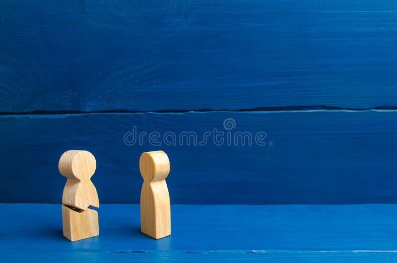 Una figura de madera de un hombre con una grieta No podía colocar los nervios y nuestra salud Amenaza de la vida Lesión y muerte  imagen de archivo