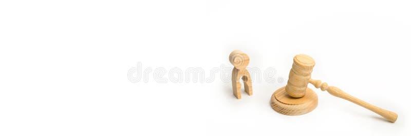 Una figura di legno di un uomo con un vuoto sotto forma di un bambino vicino al martello di un giudice di privazione dei diritti  immagini stock libere da diritti