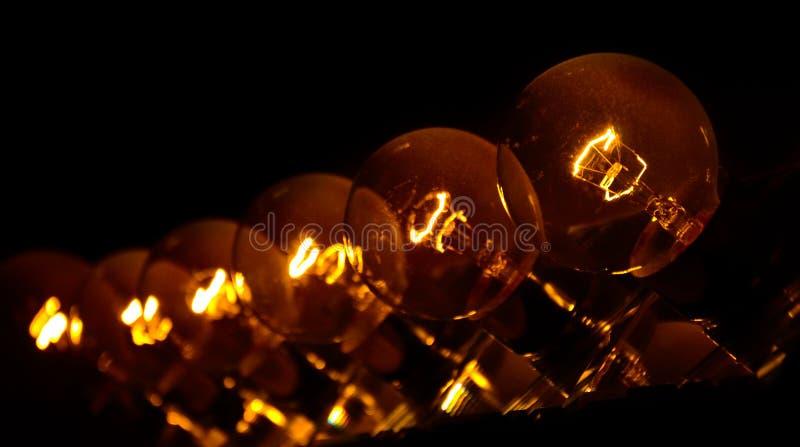 Una fila de bombillas fotos de archivo