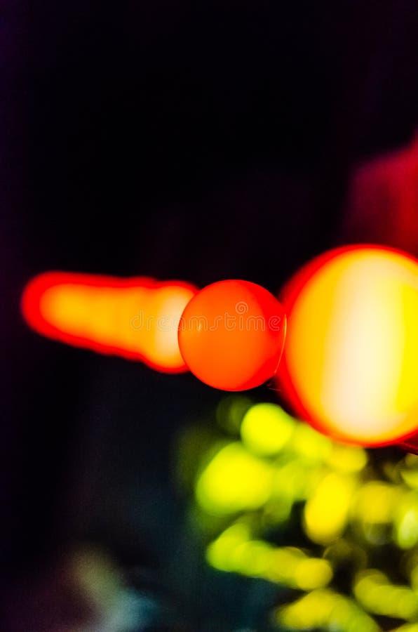 Una fila de bombillas coloreadas borrosas sobre el contador de la barra Concepto de la decoraci?n Fondo colorido enmascarado imagen de archivo