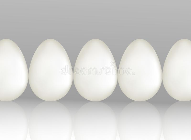 Una fila de cinco huevos blancos del pollo en fondo gris claro con el reflaction Producto ecológico natural de la proteína Alimen stock de ilustración