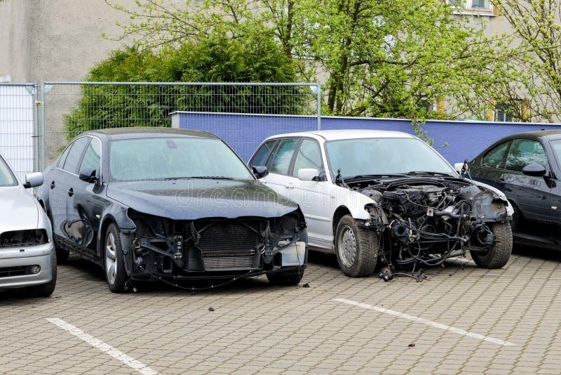 Una fila de coches modernos dañados con la falta de los paneles frontales fotografía de archivo libre de regalías
