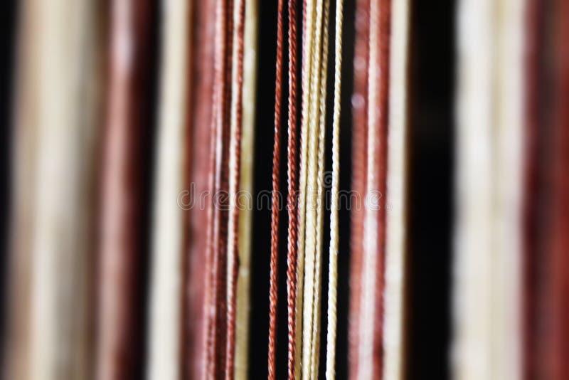 Una fila de hilos fotos de archivo